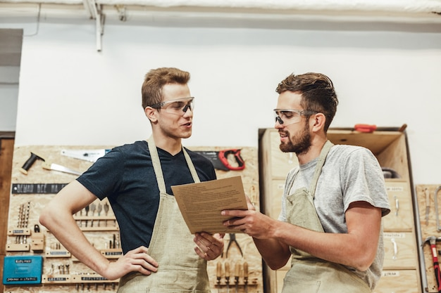 Dois artesãos discutindo documentos