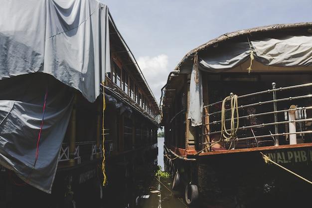 Dois barcos de casa encaixados um ao lado do outro