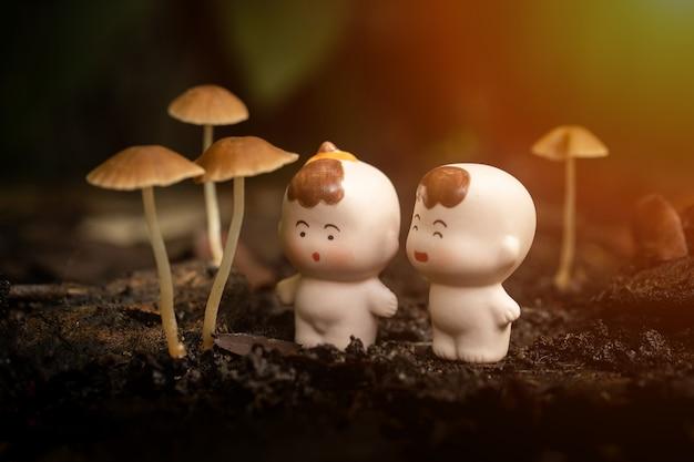 Dois, bebê pequeno, bonecas, com, cogumelos