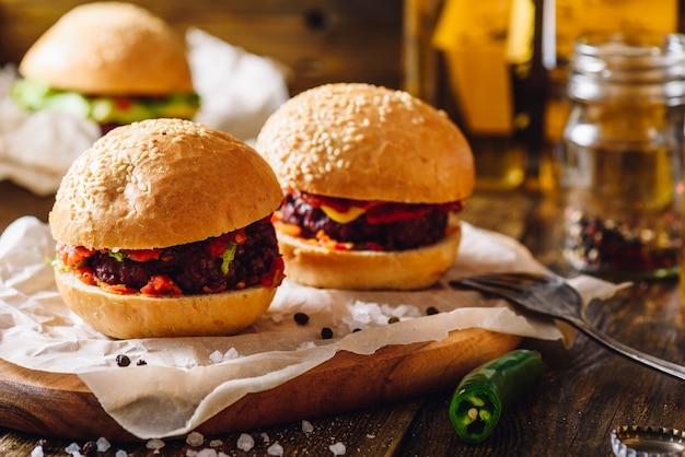 Dois beefburgers caseiros com pimenta verde quente.