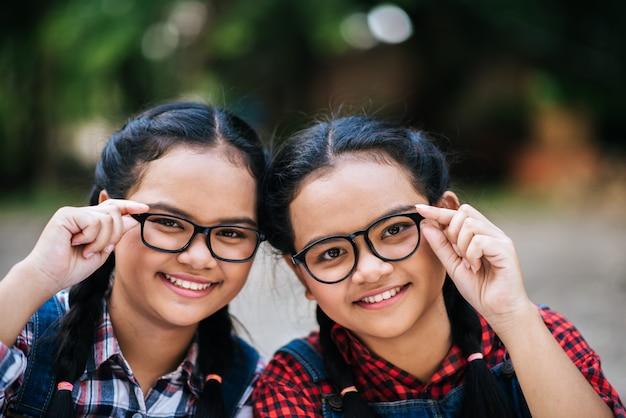 Dois, beleza, retrato, de, um, menina jovem, segurar óculos, e, olhando câmera
