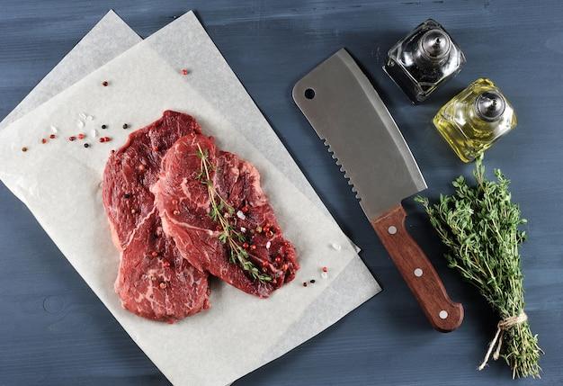 Dois bife cru com especiarias, faca de cozinha