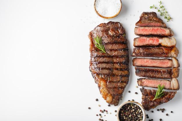 Dois bifes grelhados da carne marmoreada striploin.