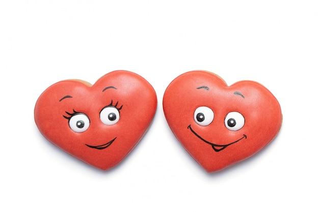 Dois biscoitos corações apaixonados. fundo de cartão de dia dos namorados.