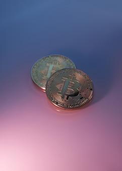 Dois bitcoins dourados isolados em close-up de fundo rosa roxo com espaço de cópia