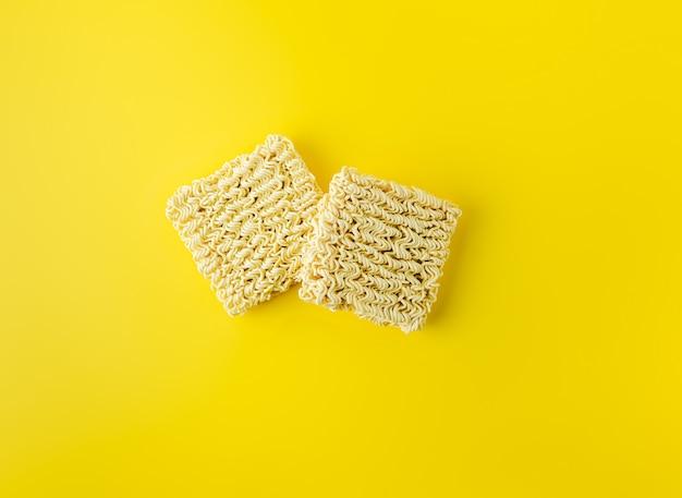 Dois blocos secos de macarrão instantâneo