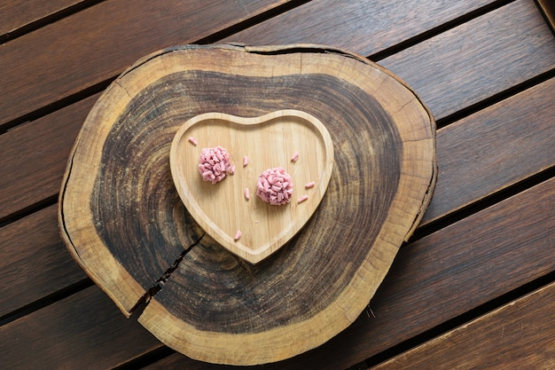 Dois bolos de brigadeiros em uma placa de madeira