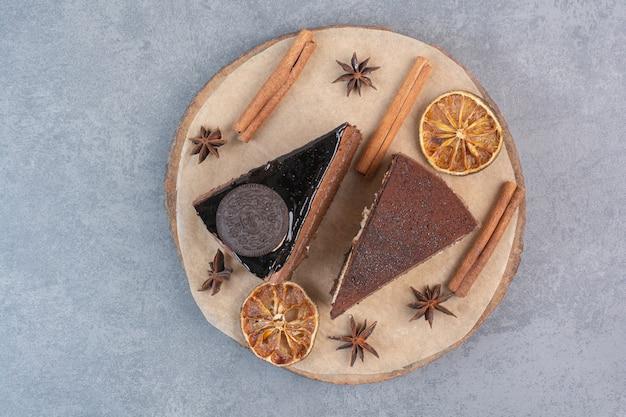 Dois bolos deliciosos doces com anis estrelado na placa de madeira.