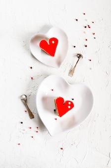 Dois bolos em forma de coração de geléia