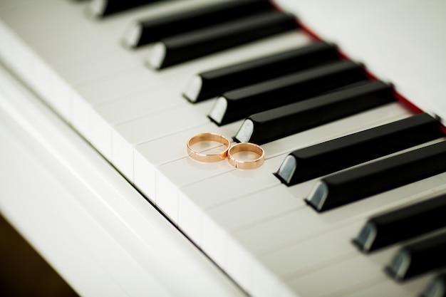 Dois, bonito, alianças, piano, teclado, close-up