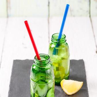 Dois botle de infundido desintoxicação dieta refrescante águas: com pepino e limão
