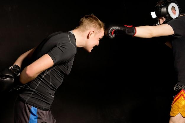 Dois boxeadores brincando no ringue