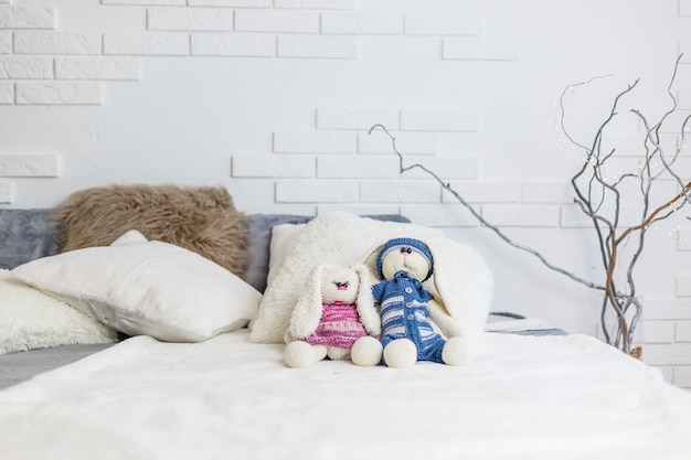 Dois brinquedos artesanais de coelho masculinos e femininos. idéias de decoração de chuveiro de bebê.