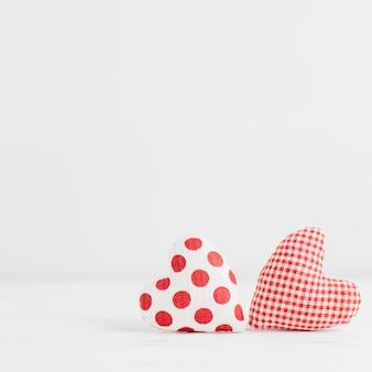 Dois brinquedos artesanais em forma de coração