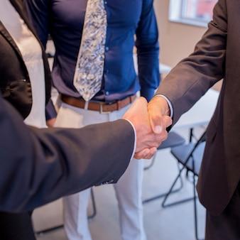 Dois, businesspeople, apertar mão