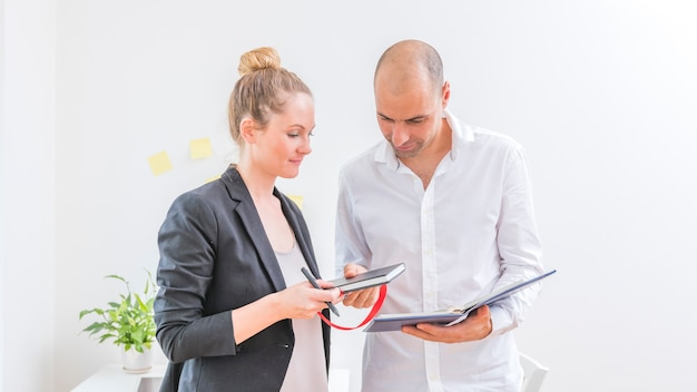 Dois, businesspeople, olhar, cronograma, em, diário