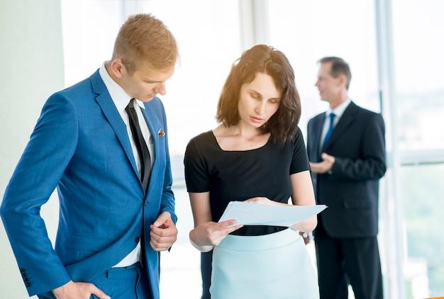 Dois, businesspeople, olhar, documentos, em, escritório