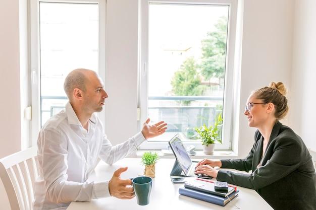 Dois, businesspeople, tendo, conversação, em, escritório