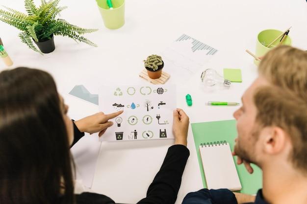 Dois, businesspeople, trabalhando, natural, recursos, preservação, em, escritório