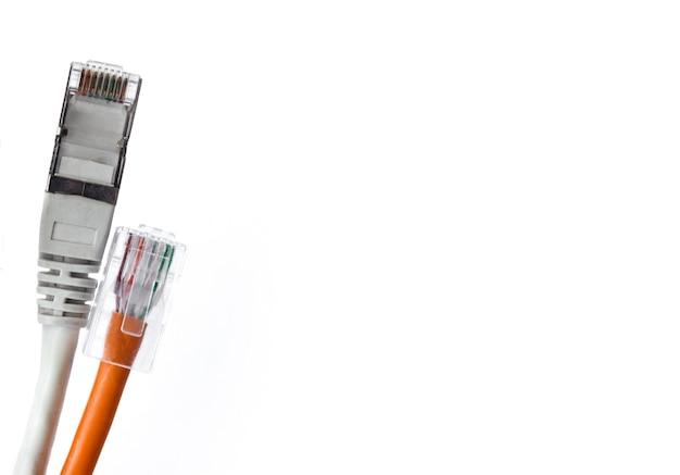 Dois cabos lan cinza e laranja com plugue isolado conexão de rede, comunicação com a internet e conceito de tecnologia de computador