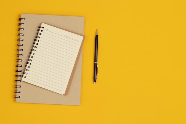Dois cadernos são usados para registrar as informações nas reuniões.