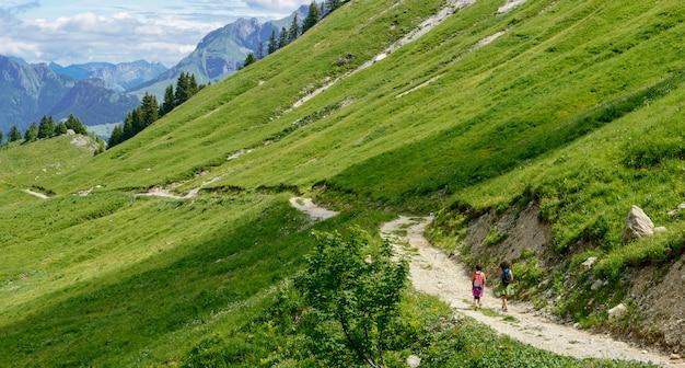 Dois caminhantes andando nas montanhas