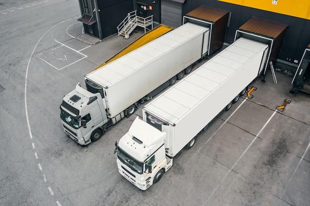 Dois caminhões carregando no centro de distribuição
