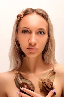Dois caracóis sentados no peito de uma jovem