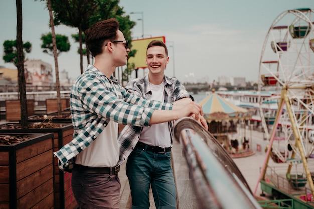 Dois caras conversando no parque da cidade