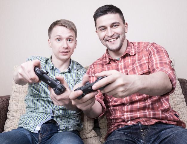 Dois caras jogando videogame