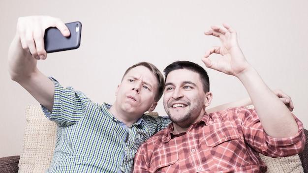 Dois caras tomando selfie