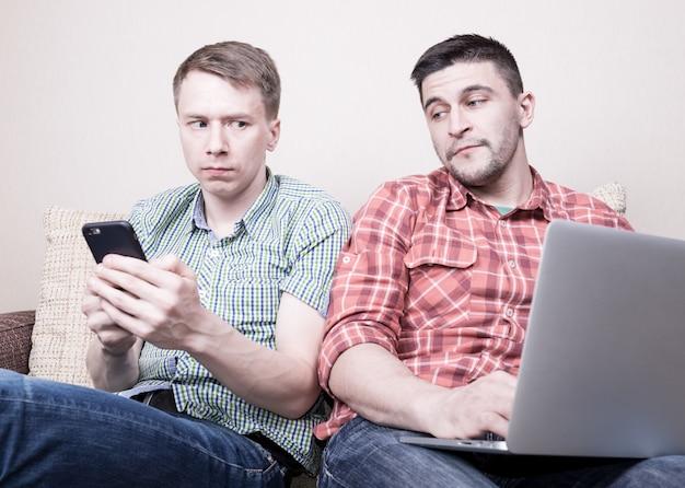 Dois caras usando gadgets