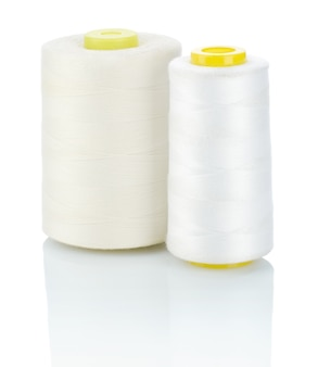 Dois carretéis de linha de costura branca