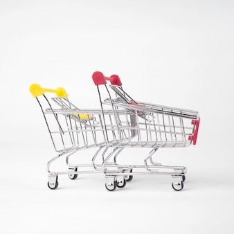 Dois carrinho de compras de supermercado vazio. isolado sobre fundo branco.