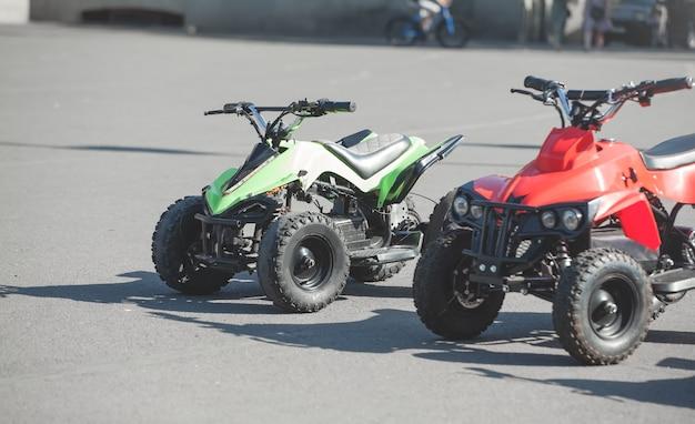 Dois carros elétricos de brinquedo na cidade.