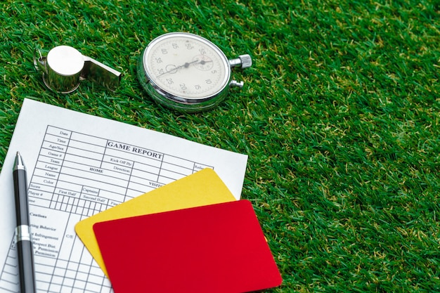 Dois cartões de penalidade e um apito para o árbitro