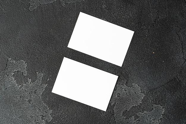 Dois cartões de visita em branco em fundo preto