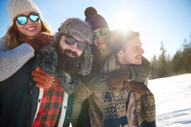 Dois casais passando suas melhores férias de inverno