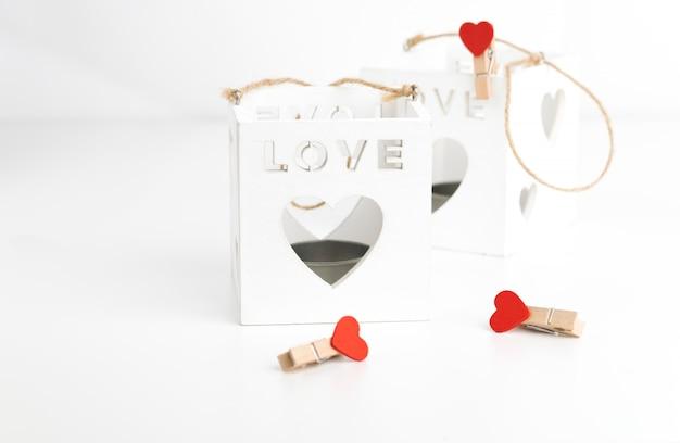 Dois castiçal do cubo no branco com corações.