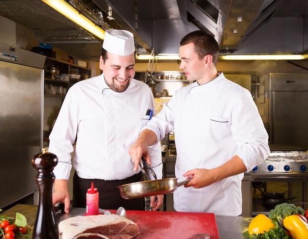 Dois chefs cozinham juntos