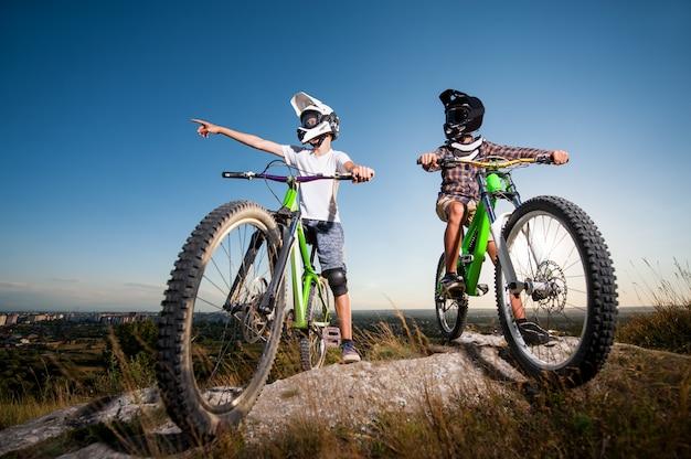 Dois, ciclistas, desgastar, em, capacetes, e, óculos, com, bicycles