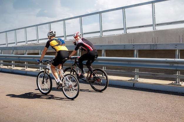 Dois, ciclistas profissionais, fazendo exame um, treinamento, passeio