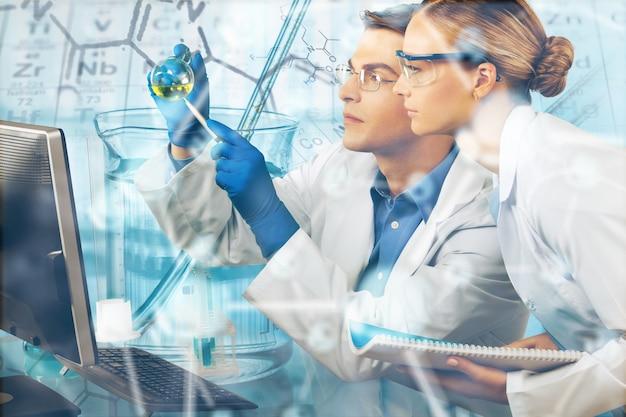 Dois cientistas conduzindo pesquisas em um ambiente de laboratório