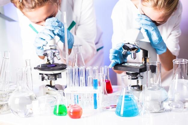 Dois cientistas do laboratório químico estão fazendo experimentos