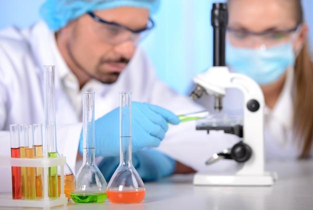 Dois cientistas realizando pesquisas em ambiente de laboratório