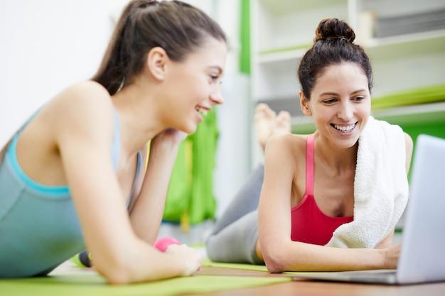 Dois clientes felizes no health club