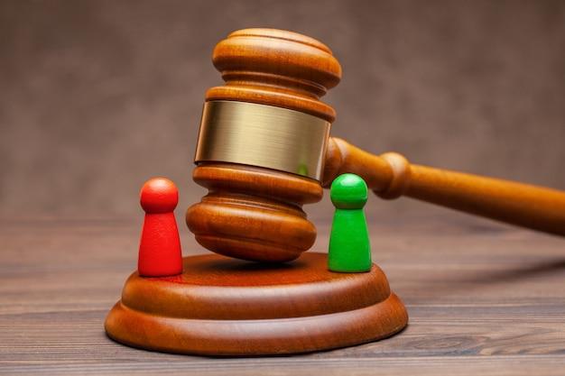 Dois clientes são acusados e um procurador no tribunal está resolvendo a disputa.