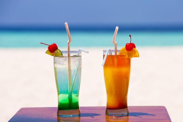 Dois cocktails coloridos na praia de uma ilha, malediven
