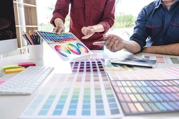 Dois colegas criativos designer gráfico trabalhando na seleção de cores