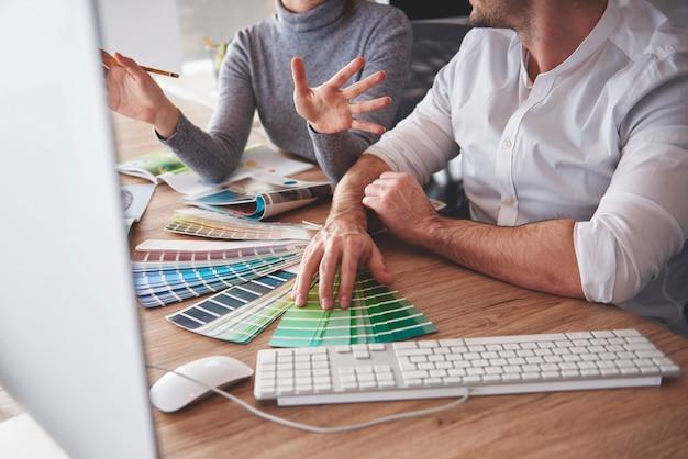 Dois colegas de trabalho escolhendo a melhor opção de cor